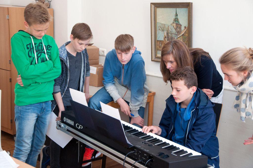 Konfirmanden komponieren eigene Lieder im Rahmen von MICHAELIS SINGT.
