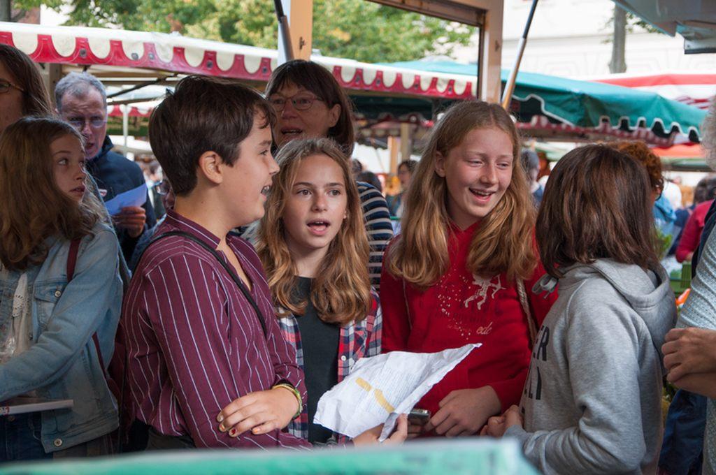 Flashmob auf dem Lüneburger Wochenmarkt als Auftakt von MICHAELIS SINGT.