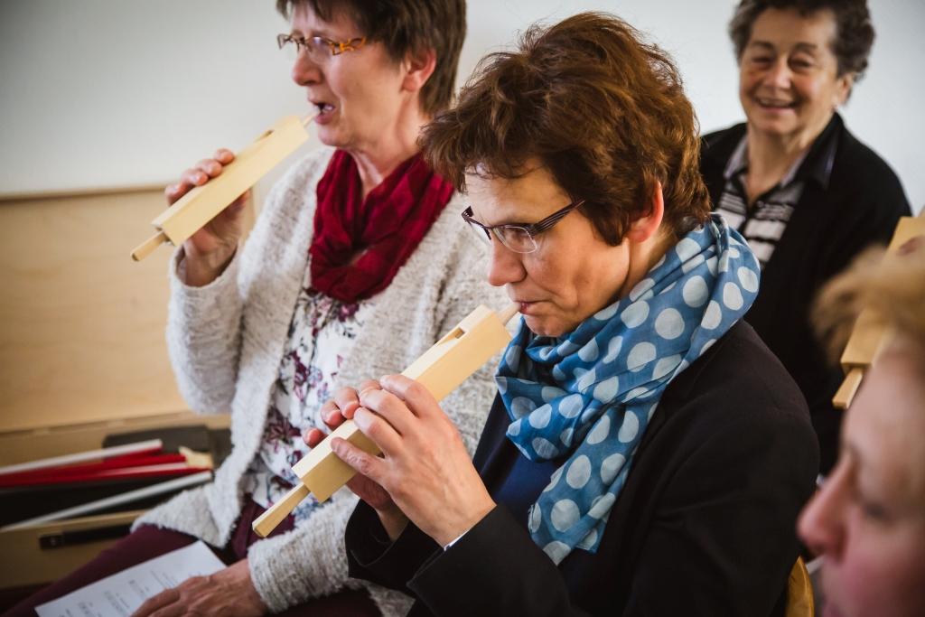 Besucherinnen der Wohnzimmerkonzerte entdecken Orgelpfeifen.