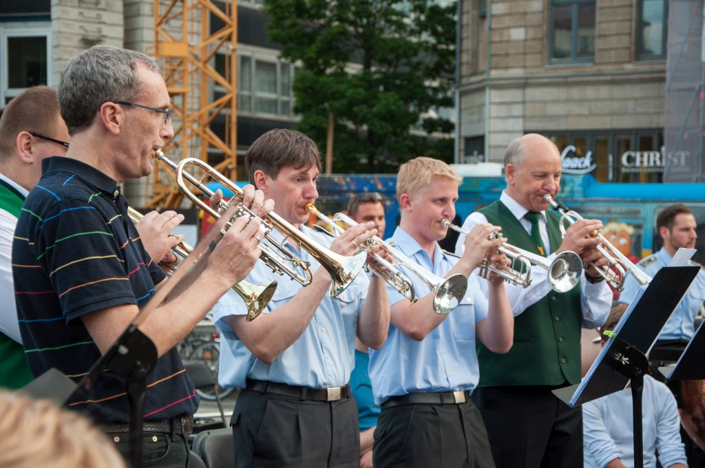 Posaunenchöre, Heeresmusikcorps und Blaskapellen musizieren gemeinsam bei der Fête de la Musique