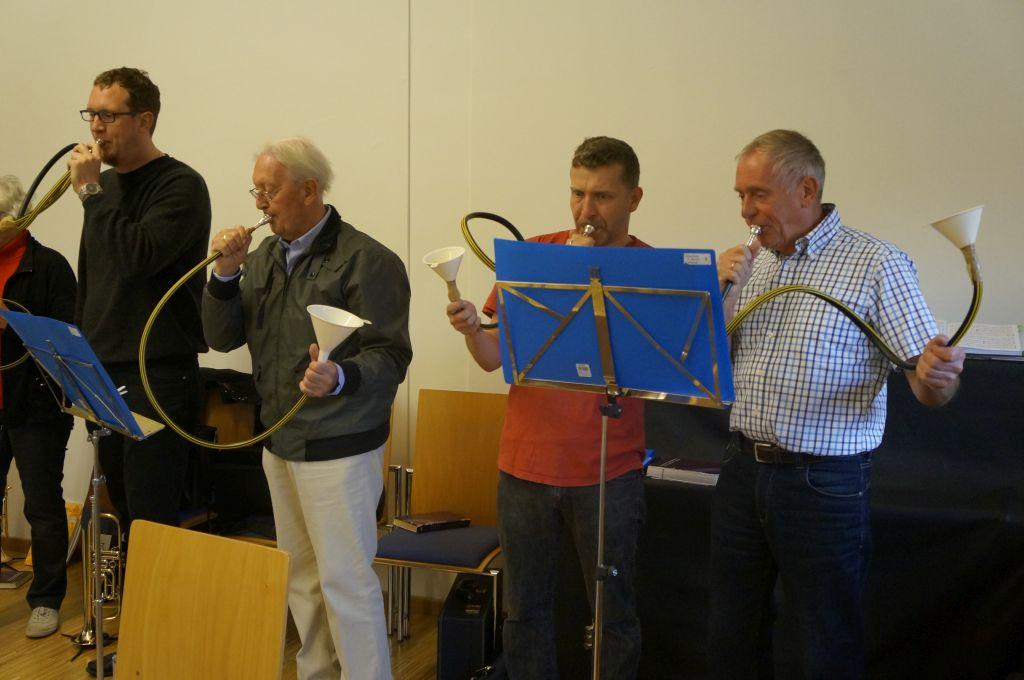Der Posaunenchor Wettmar spielt ein Stück auf Schlauchtrompeten beim musikalischen Entdeckertag für Familien