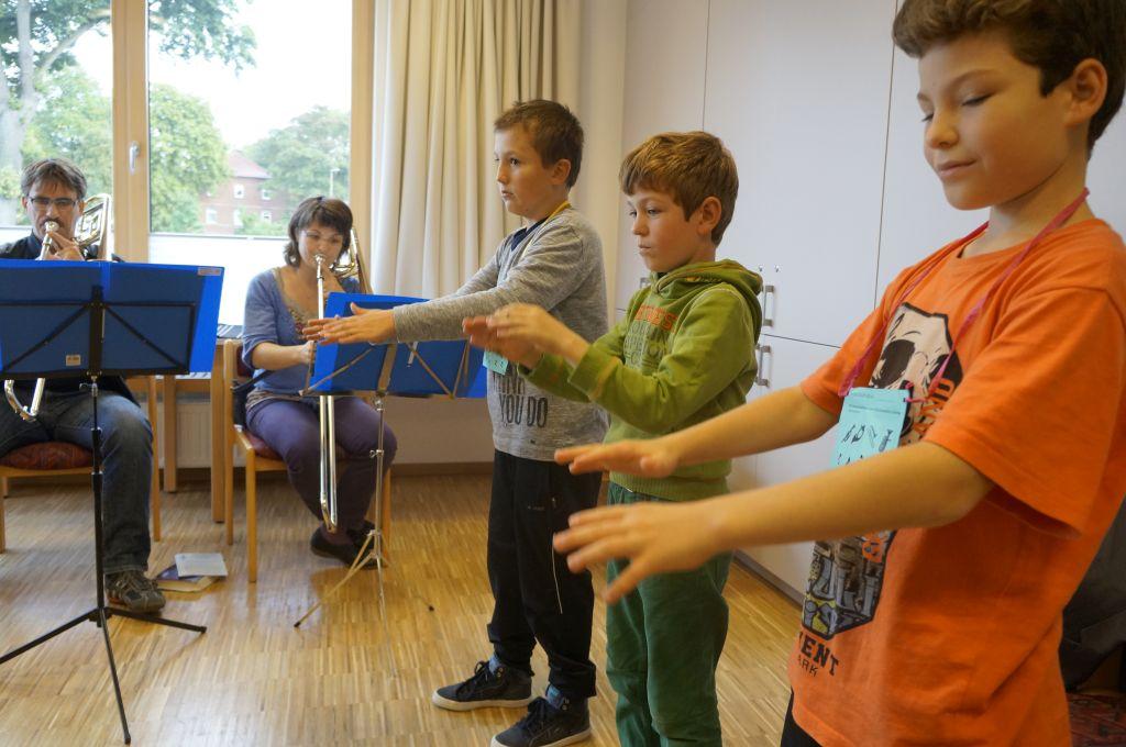Kinder üben sich im Dirigieren beim musikalischen Entdeckertag in Wettmar