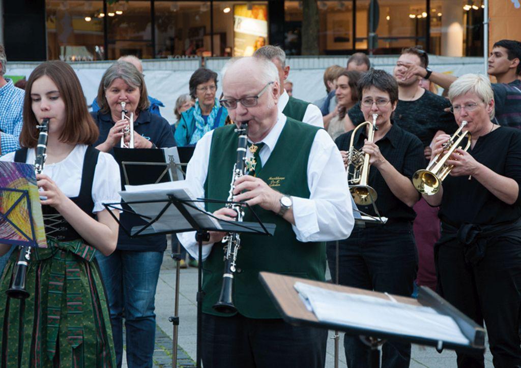 Weltliche und kirchliche Bläsergruppen bei der Fête de la Musique