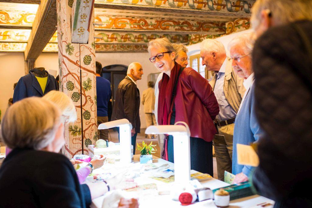 Als Vorbereitung auf das Konzert stellt die Stickwerkstatt des Klosters Wienhausen im Sommerrefektorium Motive aus dem Elisabeth-Teppich vor. Bild: Anna-Kristina Bauer