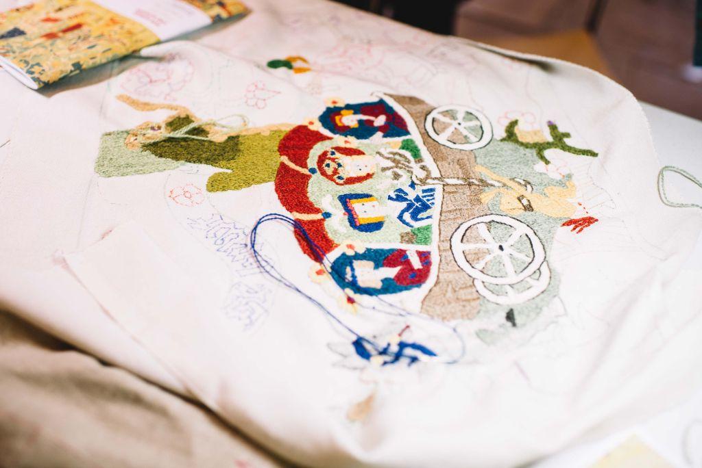 """""""Die Brautfahrt der Heiligen Elisabeth"""" wird von der Stickwerkstatt nachgestickt und zeigt die Technik des Klosterstichs. Bild: Anna-Kristina Bauer"""