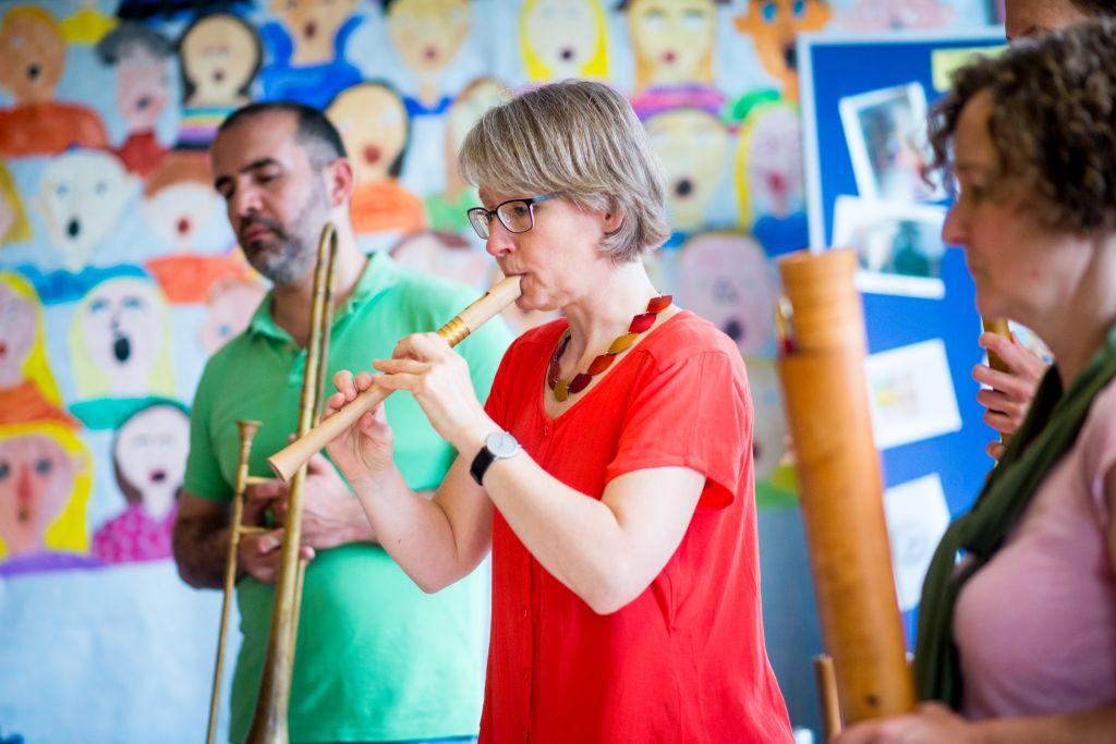 Vorstellung der historischen Instrumente beim Schulworkshop mit CAPELLA DE LA TORRE in Ribbesbüttel. Bild: Anna-Kristina Bauer