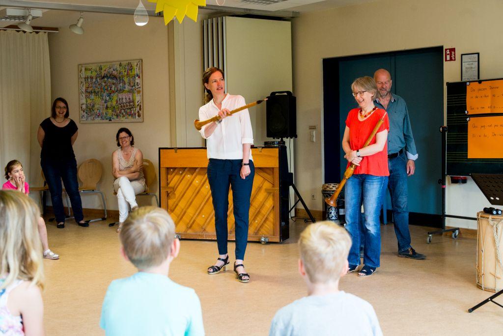 Katharina Bäuml erklärt die historischen Instrumente. Bild: Anna-Kristina Bauer