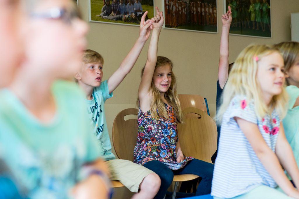 Wer weiß, wann und wo die Instrumente im Mittelalter erklangen? Kinder der Chorklassen Ribbesbüttel beim Schulworkshop mit CAPELLA DE LA TORRE. Bild: Anna-Kristina Bauer