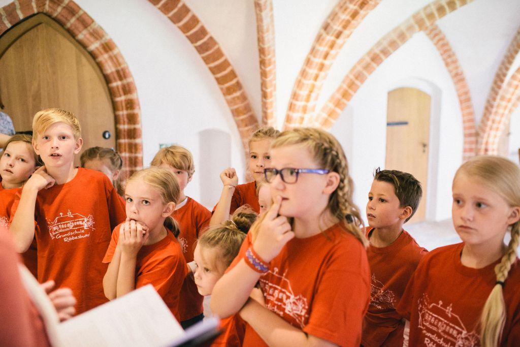 Die Chorklassenkinder lernen die Stifterin Agnes kennen. Bild: Andreas Graf
