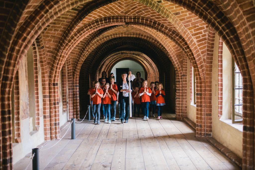 Kinder erproben das Psalmodieren im Roten Gang des Klosters Wienhausen. Bild: Andreas Graf