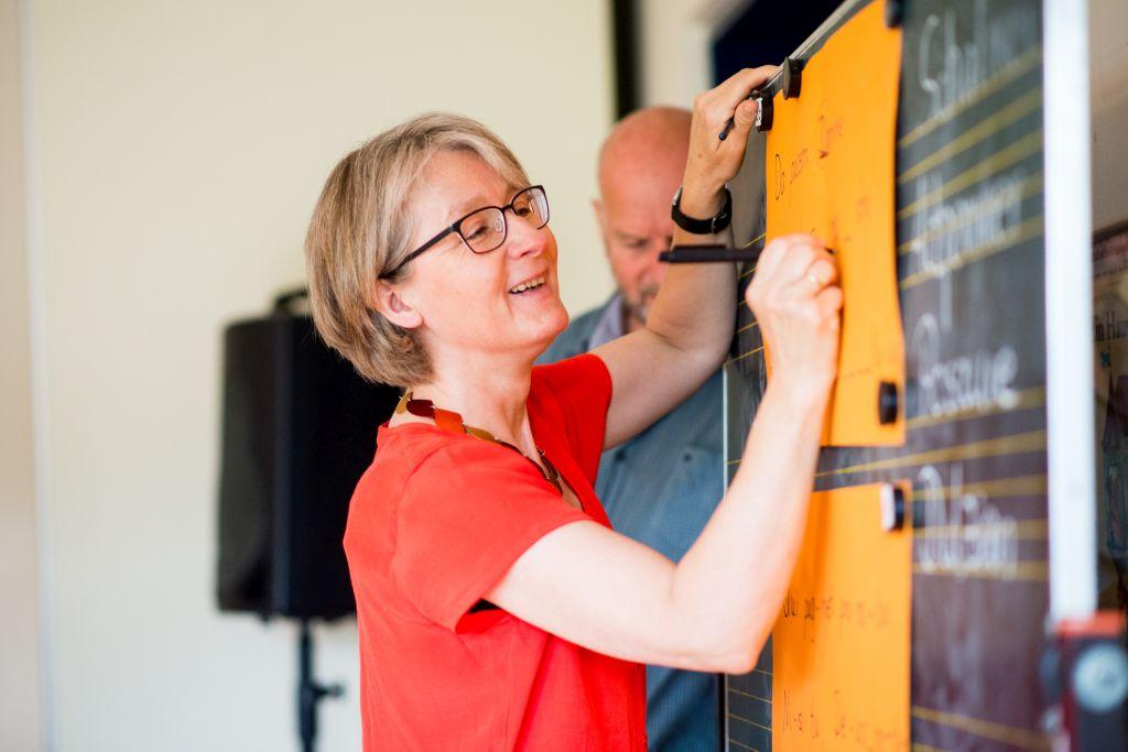 Hildegard Wippermann von CAPELLA DE LA TORRE erklärt die Betonungen bei den Liedtexten. Bild: Anna-Kristina Bauer