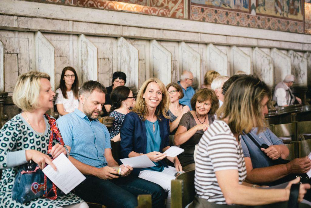 Die Familien der Chorklassenkinder erwarten gespannt das Konzert im Nonnenchor. Bild: Andreas Graf