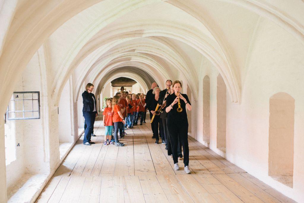 Die Chorklassen Ribbesbüttel und CAPELLA DE LA TORRE bereiten sich auf ihren Auftritt vor. Bild: Andreas Graf