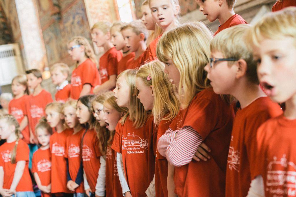 Chorklassen Ribbesbüttel singen Wienhäuser Lieder im Nonnenchor. Bild: Andreas Graf