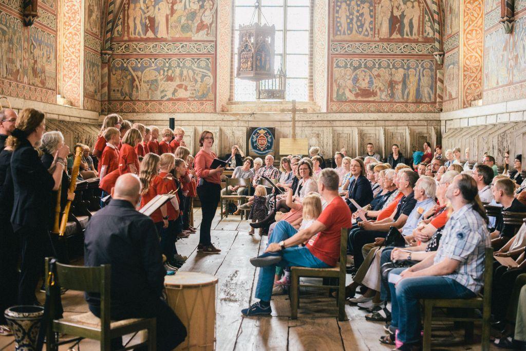 Silke Lindenschmidt moderiert das Konzert im Nonnenchor. Bild: Andreas Graf