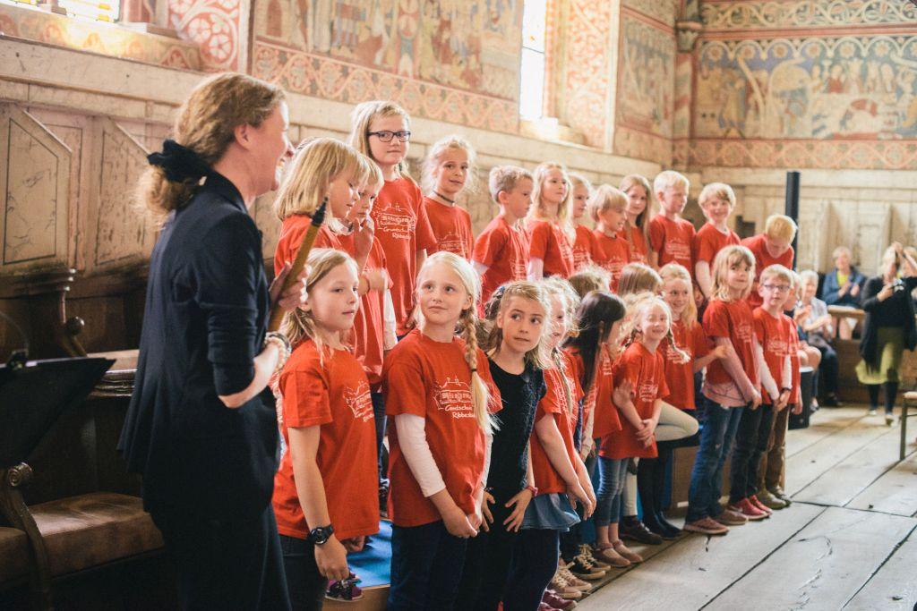 Langer Applaus für die Chorklassen und CAPELLA DE LA TORRE nach dem Konzert im Nonnenchor. Bild: Andreas Graf