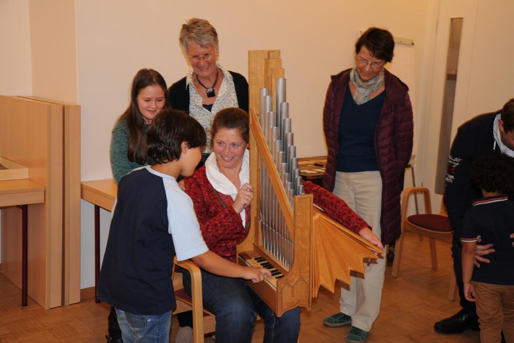 Erläuterungen am Portativ der Orgelakademie Stade: Bild: Karin Lankuttis